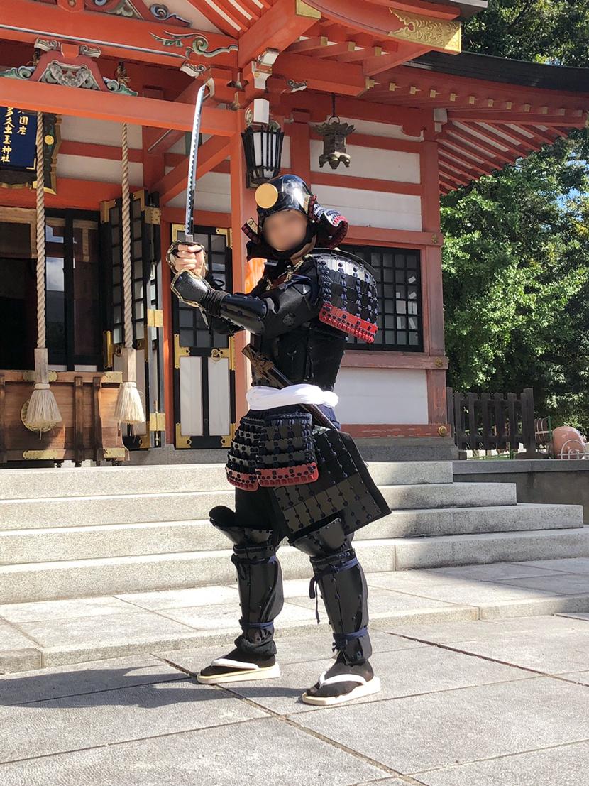 龍王宮で刀をもってポーズを決めるサムライ