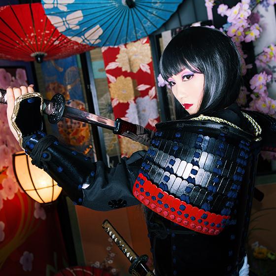 刀を構える花魁甲冑スタイルの女性サムライ