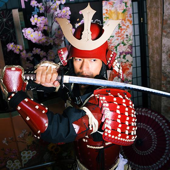 赤備え甲冑で兜を被った男性サムライ