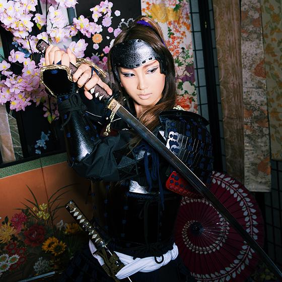 刀を構える男装甲冑スタイルの女性サムライ
