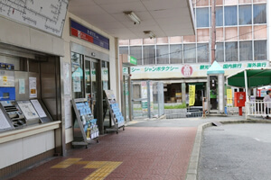 高田市駅改札前