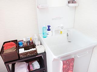 クレンジングやコットンなどが充実した洗面台