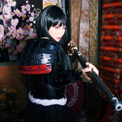 火縄銃を構える黒髪ロングの女性サムライ