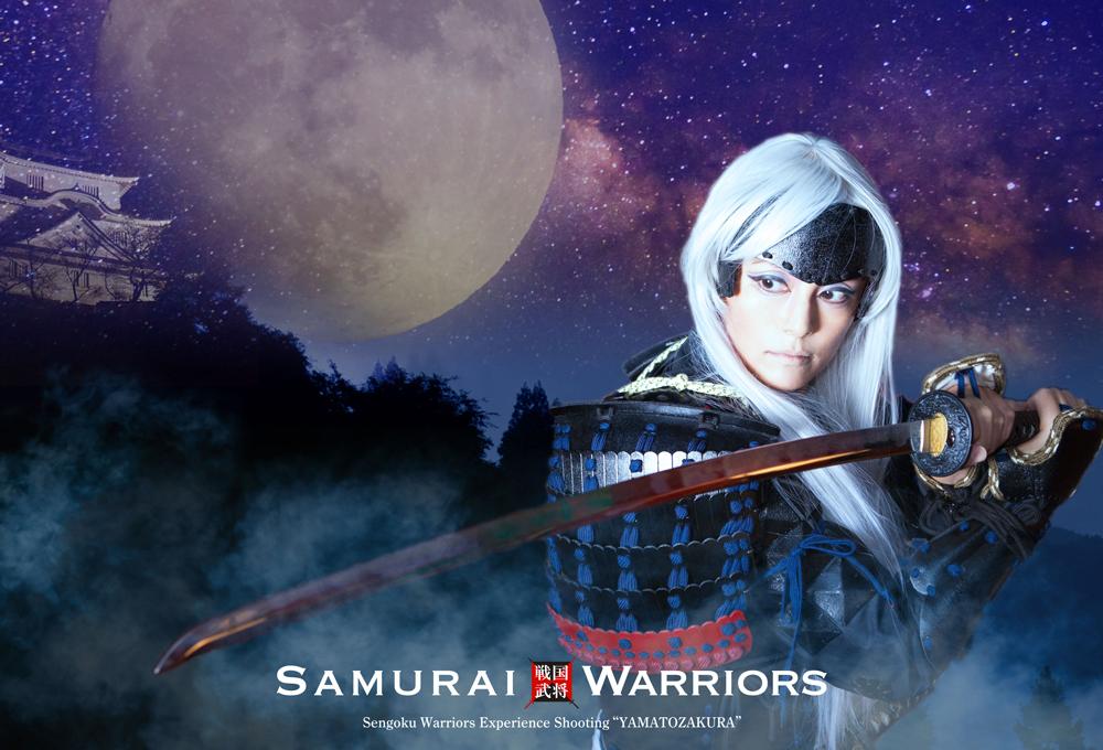 満月とお城を背景に刀を構える男装サムライ