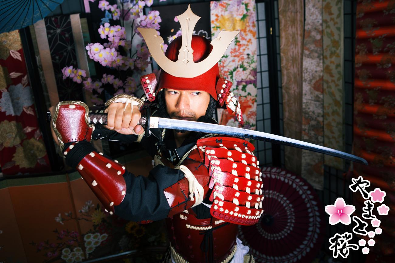 兜を被り日本刀を構えた赤備え甲冑のサムライ