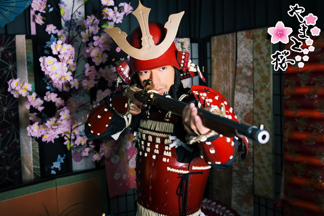 火縄銃を構える赤備え甲冑サムライ