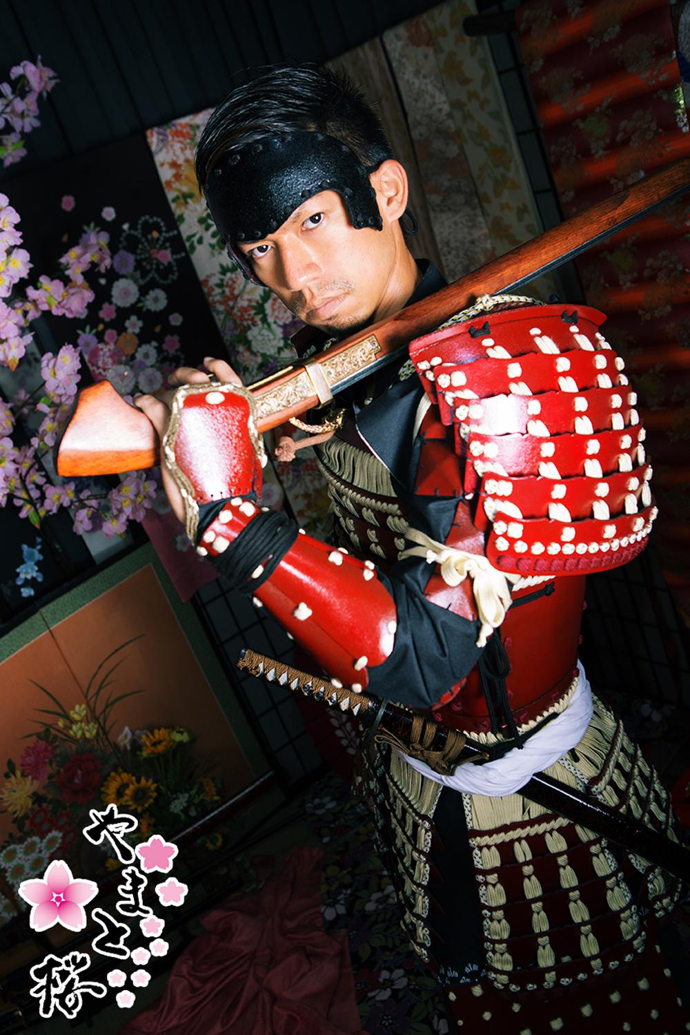 火縄銃を肩に担ぐ赤備え甲冑の男性サムライ