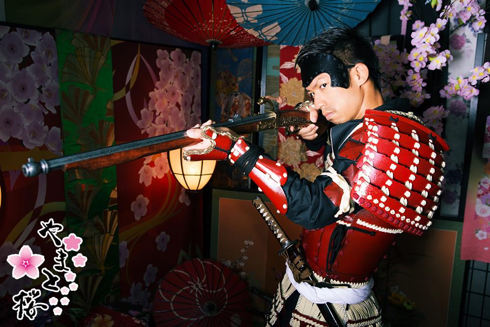 額金を付け火縄銃を構える鎧姿のサムライ
