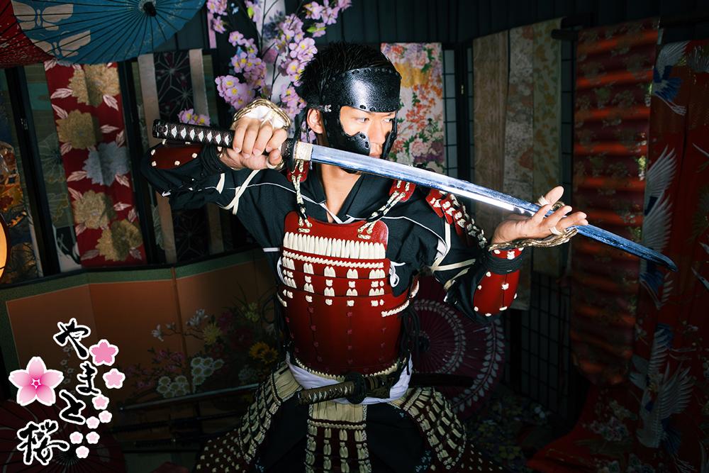 半首を付け刀を構える鎧姿のサムライ