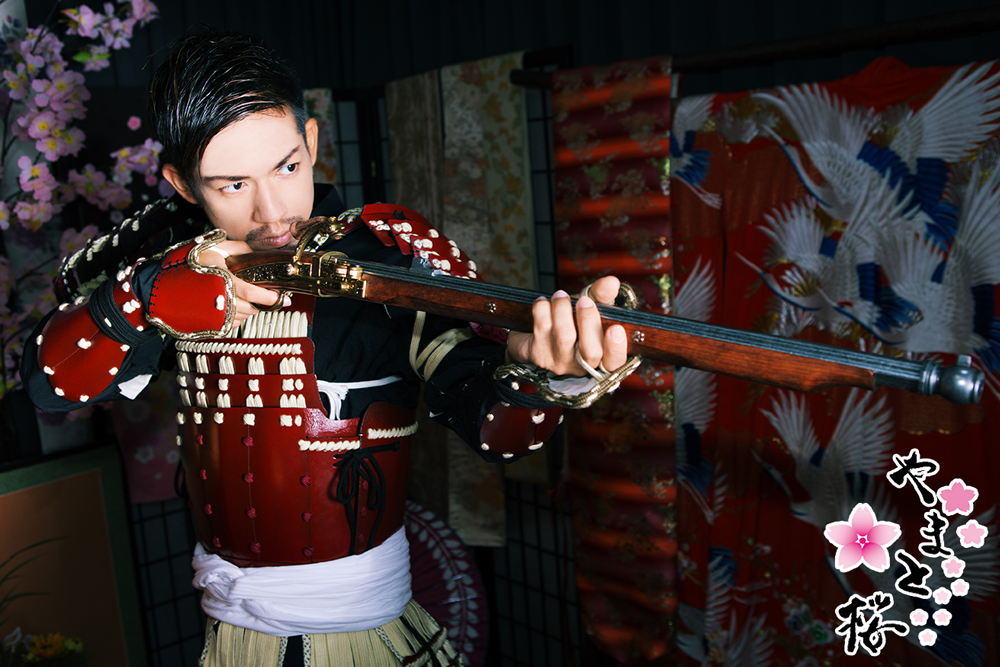火縄銃を構える赤備え甲冑の男性サムライ