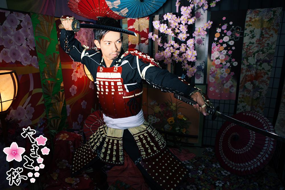 刀を上下に日本構える男性サムライ