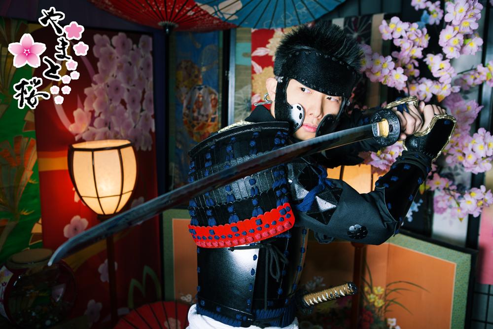 刀剣を構える黒い甲冑を着た男性サムライ