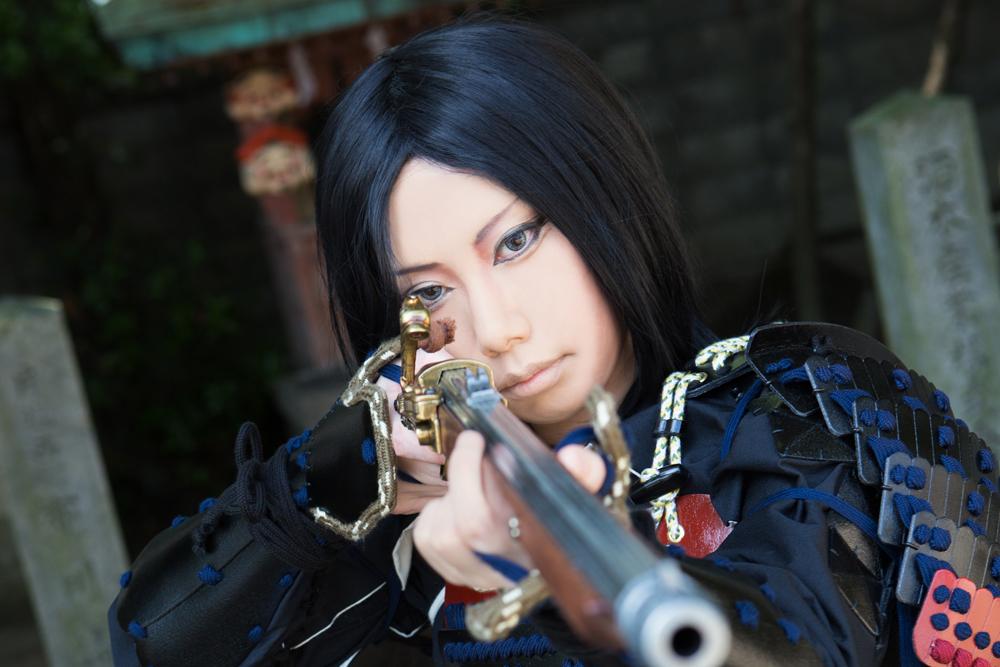 火縄銃を構える凛々しい男装のサムライ