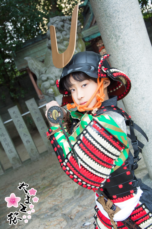 龍王宮で両手で刀を構える甲冑を着た子供武者