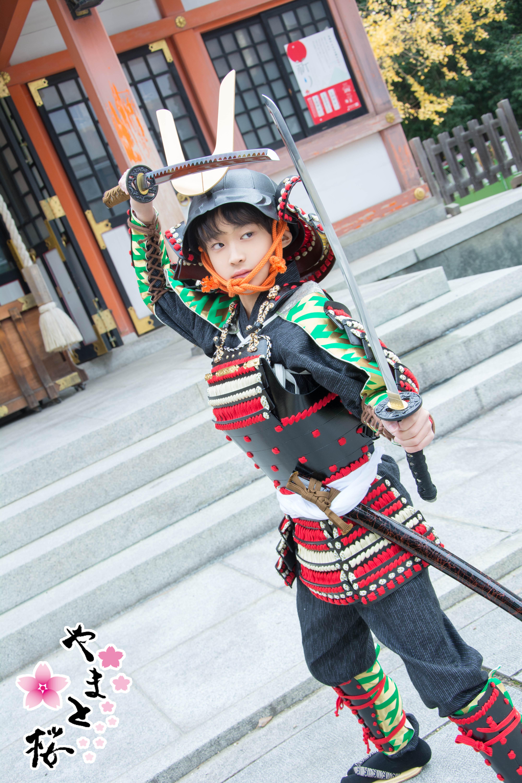 龍王宮で二刀流に構える子供武者